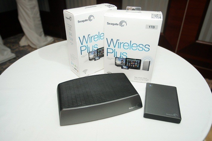 слева Seagate Central, справа Seagate Wireless Plus
